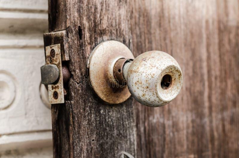 Παλαιό εξόγκωμα πορτών στην ξύλινη πόρτα στοκ εικόνες με δικαίωμα ελεύθερης χρήσης