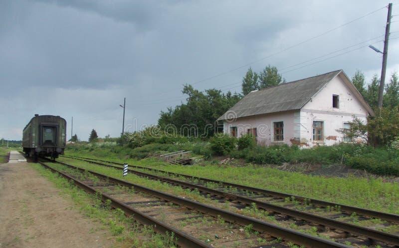 Παλαιό επιβατικό αυτοκίνητο σε έναν εγκαταλειμμένο σταθμό τρένου στοκ εικόνες με δικαίωμα ελεύθερης χρήσης