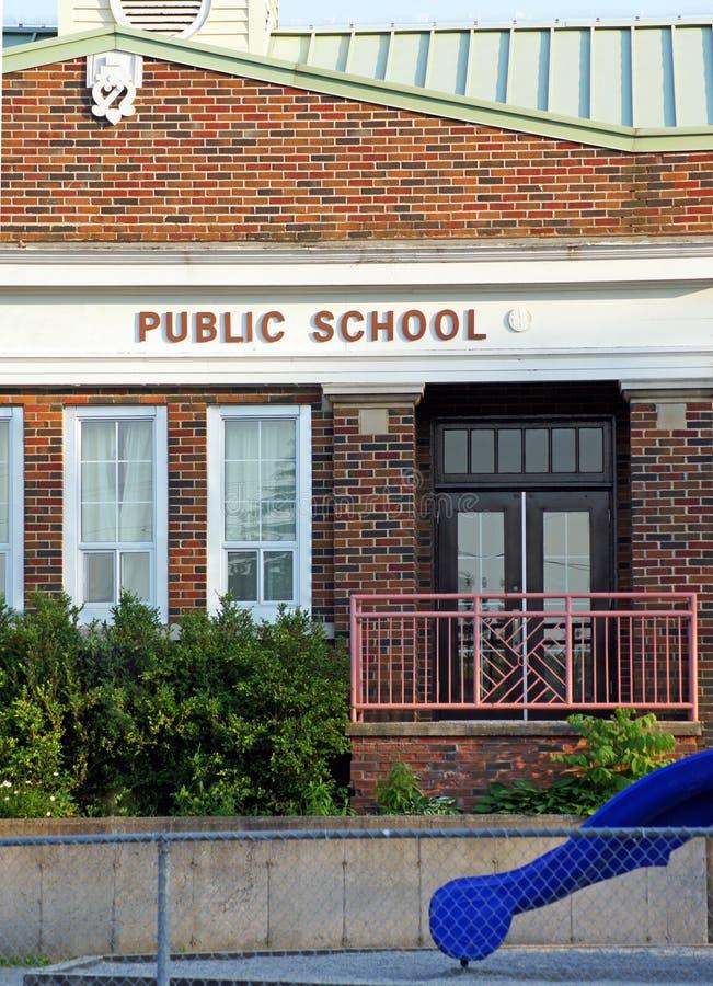 Παλαιό δημόσιο σχολικό κτίριο στοκ φωτογραφίες με δικαίωμα ελεύθερης χρήσης