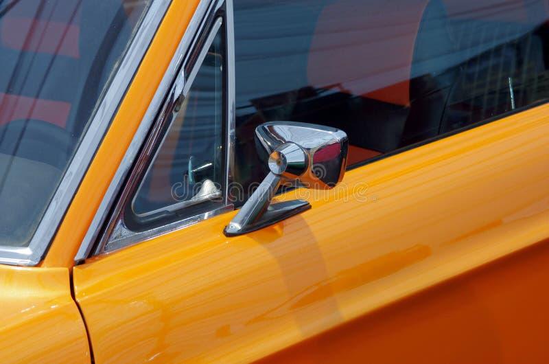 Παλαιό κίτρινο αθλητικό αυτοκίνητο στοκ φωτογραφία