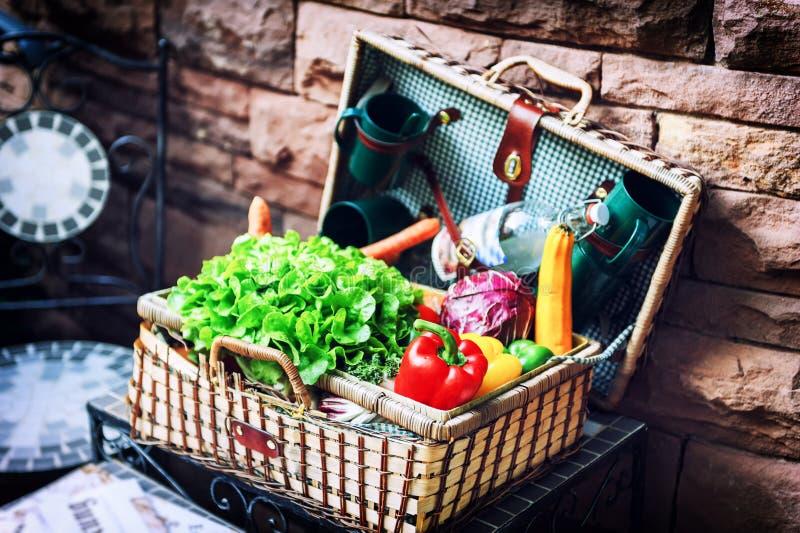 Παλαιό καλάθι picninc με τα φρέσκα λαχανικά στοκ εικόνες