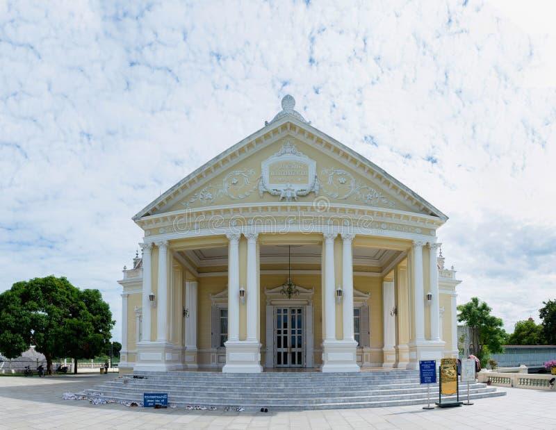 Παλαιό κτήριο στον ουρανό νεφελώδη στοκ εικόνες