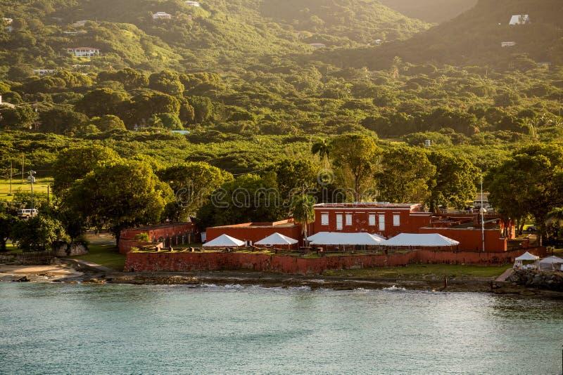 Παλαιό κόκκινο οχυρό στην πράσινη ακτή του ST Croix στοκ εικόνες