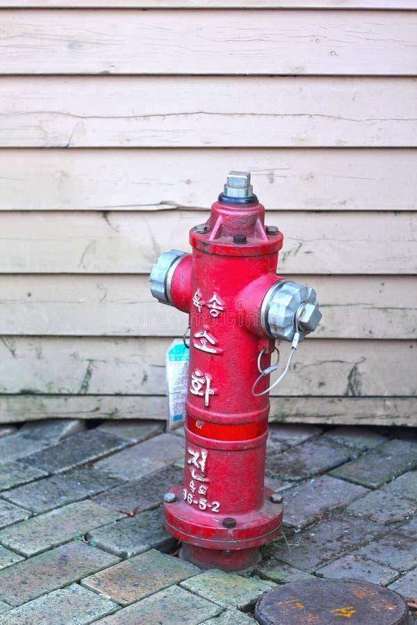 Παλαιό κόκκινο στόμιο υδροληψίας πυρκαγιάς στην οδό - Κορέα στοκ φωτογραφίες με δικαίωμα ελεύθερης χρήσης