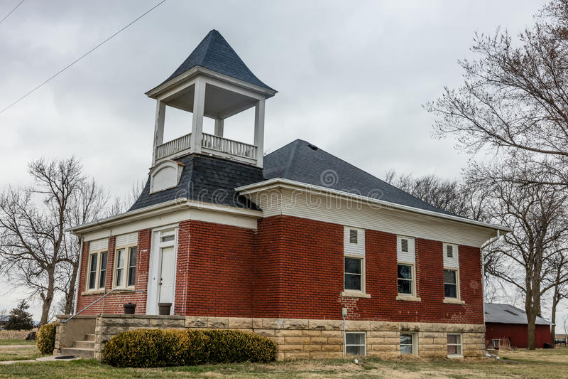 Παλαιό κόκκινο σχολείο που μετατρέπεται σε σπίτι Midwest κατά μήκος διακρατικών 80 στη Νεμπράσκα στοκ εικόνες
