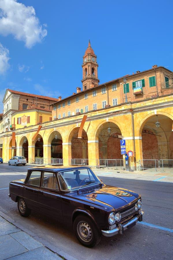 Παλαιό μαύρο αυτοκίνητο στην οδό στο στηθόδεσμο, Ιταλία. στοκ εικόνες