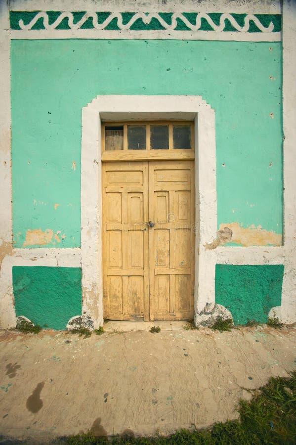 Παλαιό μεξικάνικο χωριό Celestun στο Κόλπο του Μεξικού με το παλαιό πράσινο κτήριο storefront στοκ φωτογραφία με δικαίωμα ελεύθερης χρήσης
