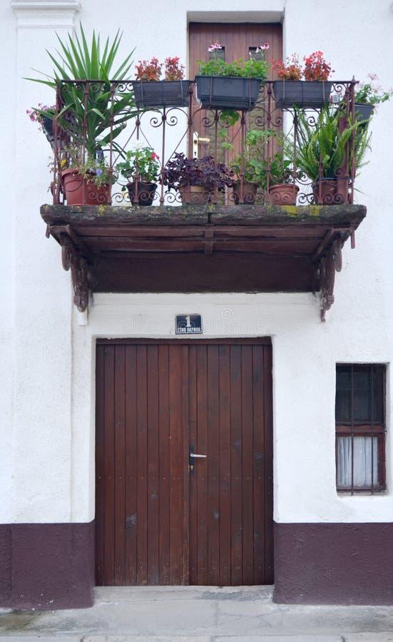Παλαιό μπαλκόνι πέρα από τη μπροστινή πόρτα με τον αριθμό 1 ΜΠΊΤΟΛΑ, ΜΑΚΕΔΟΝΙΑ, στοκ φωτογραφίες με δικαίωμα ελεύθερης χρήσης