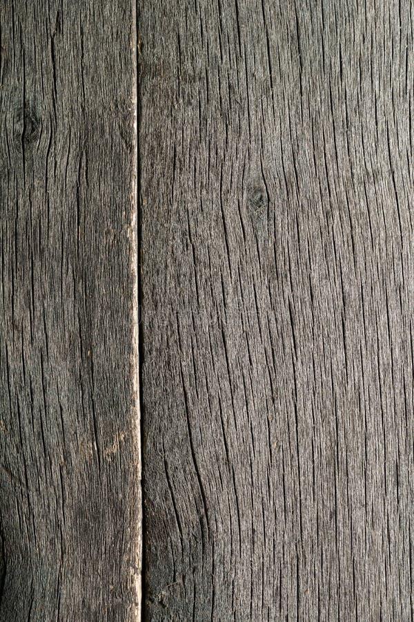 Παλαιό ξεπερασμένο σάπιο ραγισμένο δεμένο χονδροειδές ξύλο στοκ φωτογραφία