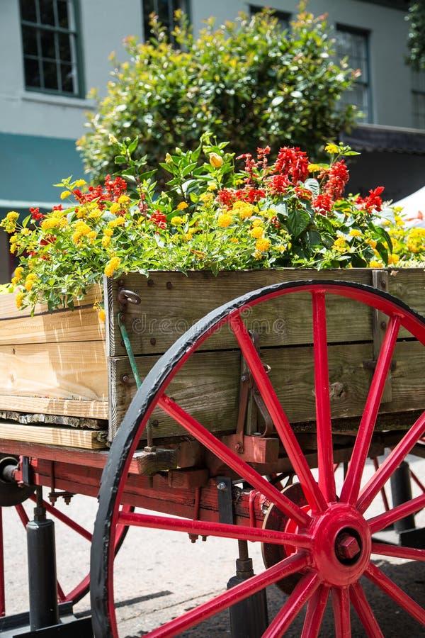 Παλαιό ξύλινο βαγόνι εμπορευμάτων με την κόκκινη ρόδα ως καλλιεργητή στοκ εικόνες με δικαίωμα ελεύθερης χρήσης