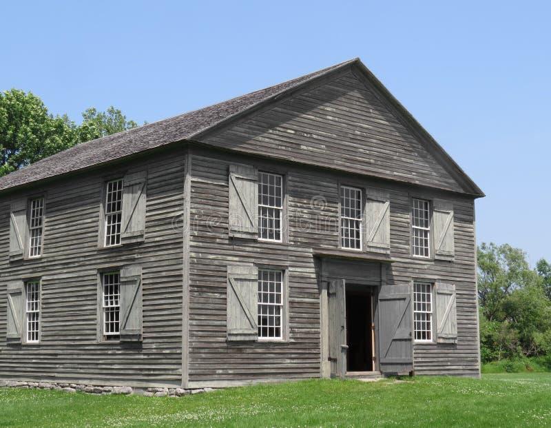 Παλαιό ξύλινο κτήριο δύο ιστορίας στοκ εικόνες