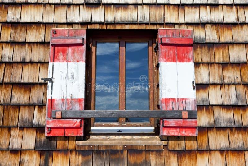 Παλαιό ξύλινο παράθυρο με τα παραθυρόφυλλα στοκ φωτογραφίες