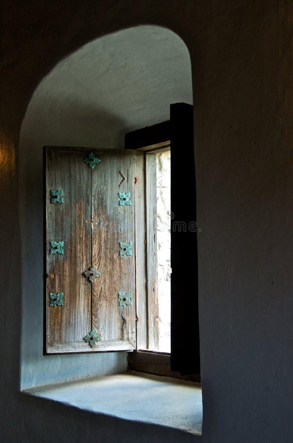 Παλαιό ξύλινο παραθυρόφυλλο παραθύρων στοκ φωτογραφίες