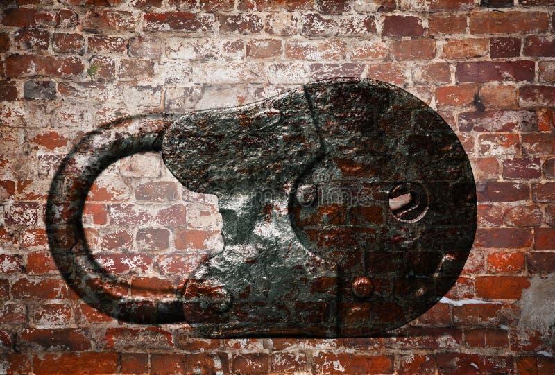 Παλαιό λουκέτο στο υπόβαθρο του τουβλότοιχος στοκ εικόνες