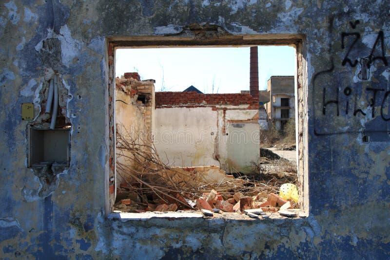 Παλαιό παράθυρο από το χαλασμένο σπίτι στοκ εικόνες