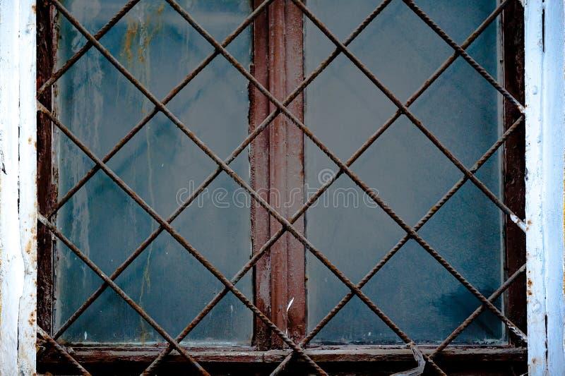 Παλαιό παράθυρο με ένα σκουριασμένο κιγκλίδωμα σε έναν παλαιό τοίχο με τα τούβλα στοκ εικόνες με δικαίωμα ελεύθερης χρήσης