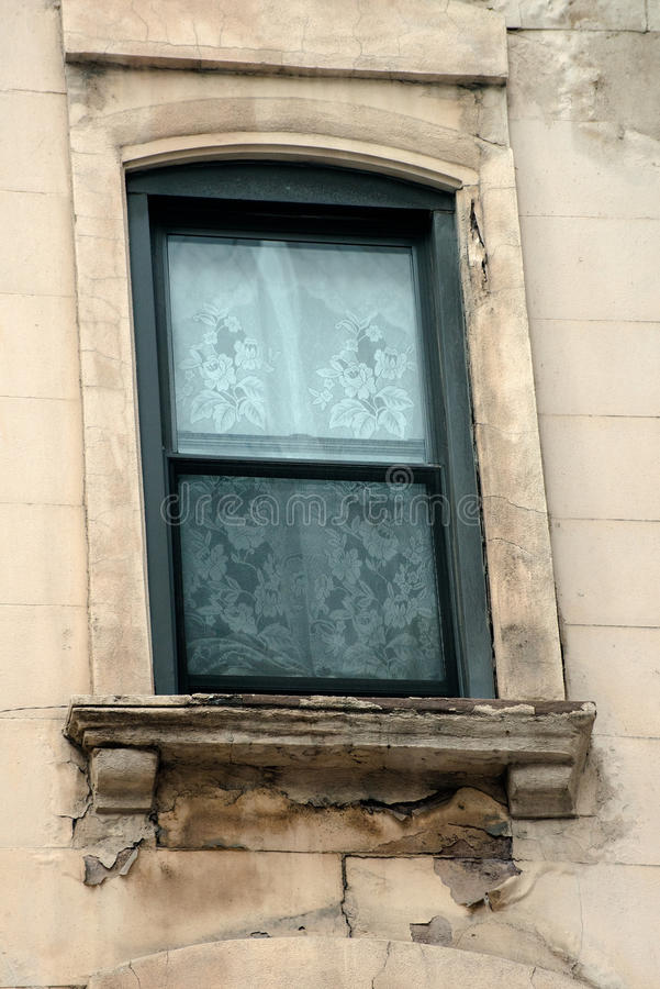 Παλαιό παράθυρο πολυκατοικίας, αποσύνθεση στοκ φωτογραφίες