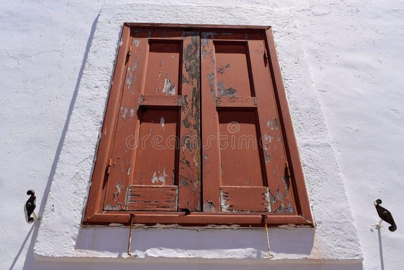 Παλαιό παράθυρο στον άσπρο τοίχο στοκ φωτογραφία με δικαίωμα ελεύθερης χρήσης