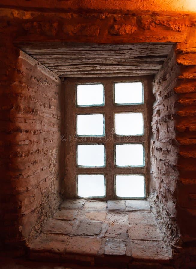 Παλαιό παράθυρο στο διάδρομο στοκ εικόνες