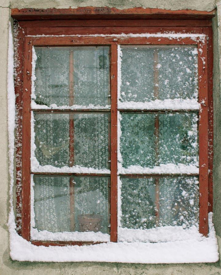 Παλαιό παράθυρο στο χιόνι στοκ εικόνες