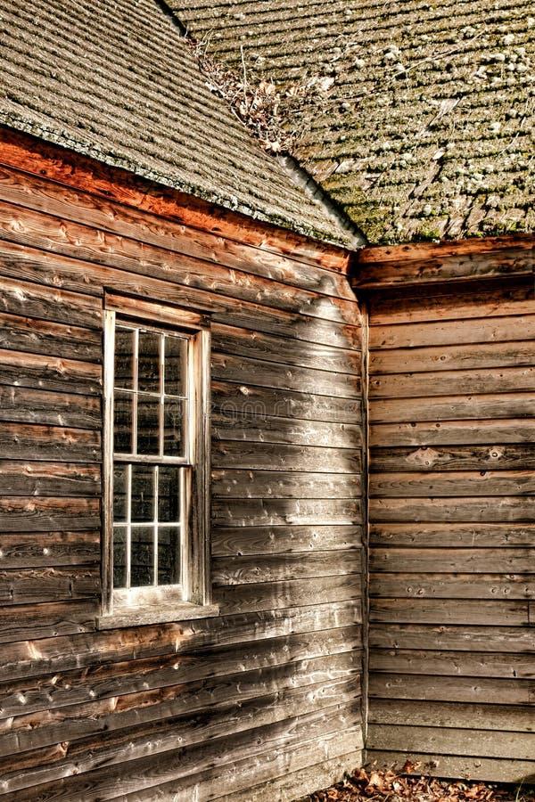 Παλαιό παλαιό να πλαισιώσει παραθύρων και Clapboard αγροικιών στοκ φωτογραφία