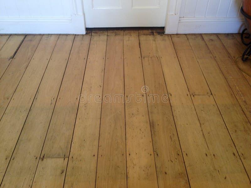 Παλαιό πεύκο στεφανών σκληρού ξύλου floorboards έξι ιντσών που στρώνουν με άμμο στοκ εικόνες