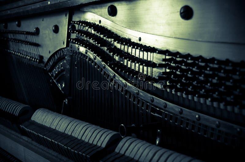 Παλαιό πιάνο μέσα στοκ εικόνες
