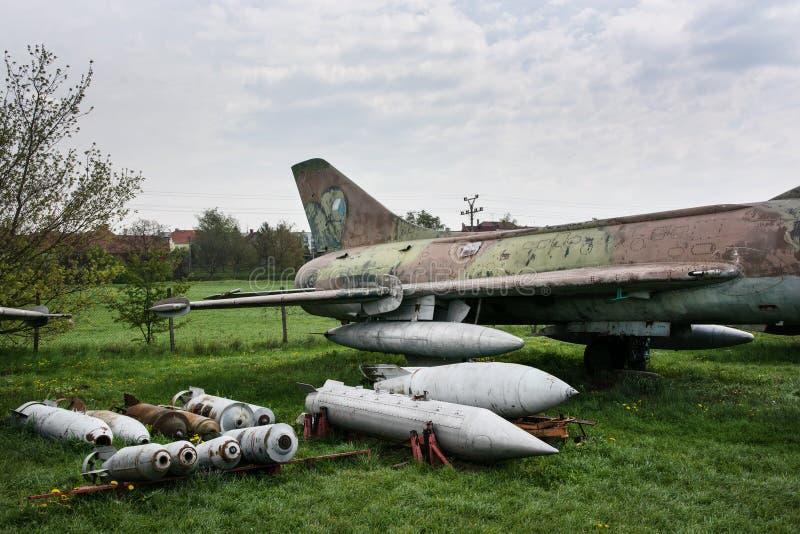 Παλαιό πολεμικό αεροσκάφος με ποικίλες βόμβες στοκ εικόνα με δικαίωμα ελεύθερης χρήσης