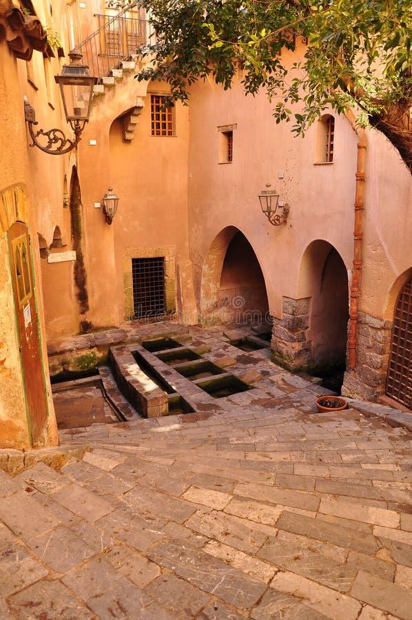 Παλαιό προαύλιο Cefalu Παλαιά κτήρια στο κέντρο της πόλης στοκ εικόνα με δικαίωμα ελεύθερης χρήσης