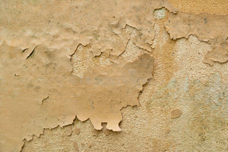 Παλαιό ραγίζοντας χρώμα σε έναν λεκιασμένο συμπαγή τοίχο στοκ φωτογραφία με δικαίωμα ελεύθερης χρήσης