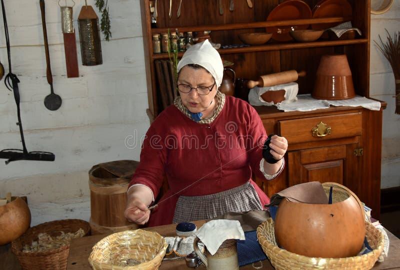 Παλαιό Σάλεμ, NC: Ράψιμο Docent στο σπίτι 1771 Miksch στοκ φωτογραφίες