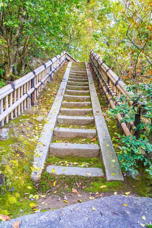 Παλαιό σκαλοπάτι στο ναό Kinkakuji (το χρυσό περίπτερο) στο Κιότο, Ja στοκ εικόνα με δικαίωμα ελεύθερης χρήσης
