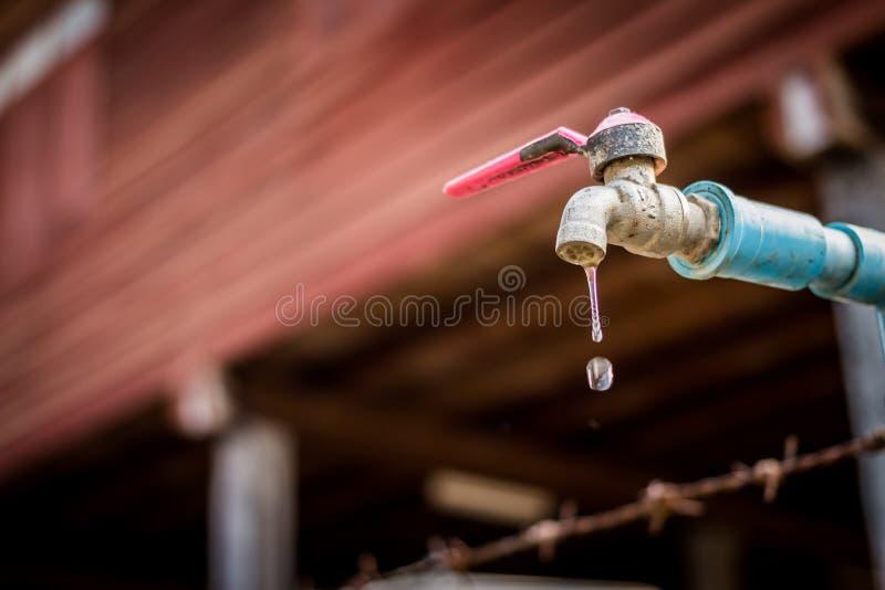 Παλαιό σκουριασμένο έχον διαρροή νερό βρυσών στοκ φωτογραφίες με δικαίωμα ελεύθερης χρήσης