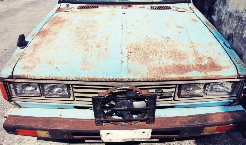 Παλαιό σκουριασμένο αναδρομικό εκλεκτής ποιότητας αυτοκίνητο ή αυτοκινητική μπροστινή πλευρά με το μέτωπο στοκ εικόνα