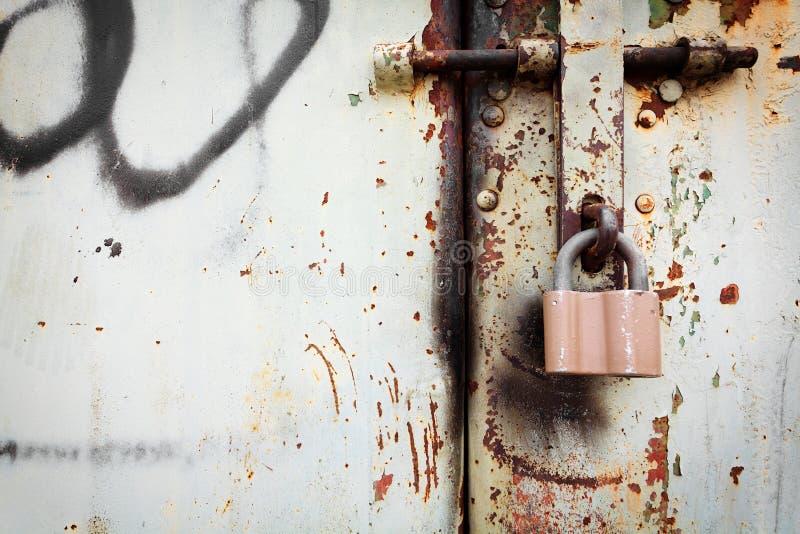 Παλαιό σκουριασμένο κλείδωμα στην πόρτα μετάλλων grunge στοκ εικόνα με δικαίωμα ελεύθερης χρήσης