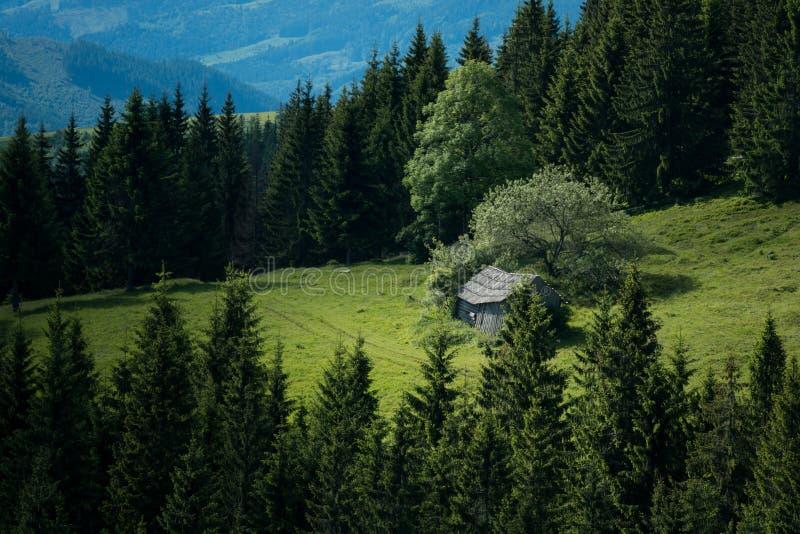 Παλαιό σπίτι στους τομείς βουνών στοκ εικόνες