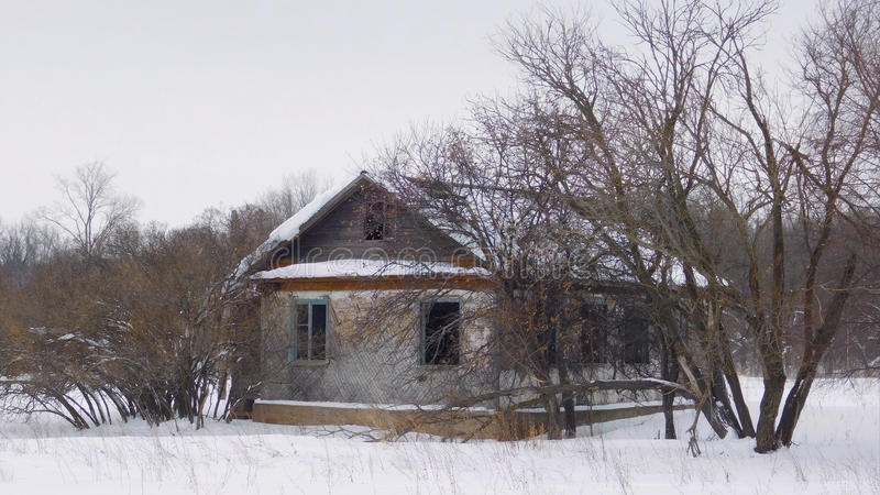 Παλαιό σπίτι στο δάσος στοκ εικόνα με δικαίωμα ελεύθερης χρήσης