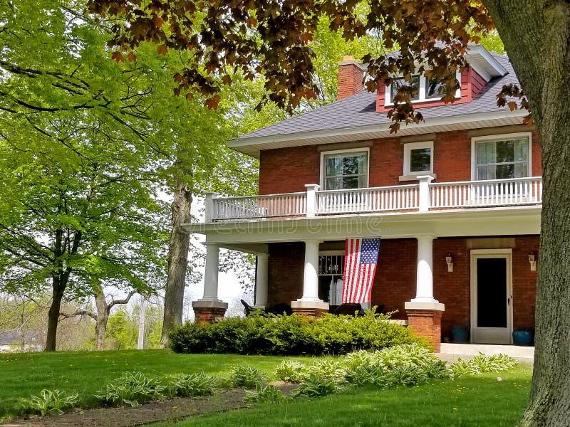Παλαιό σπίτι τούβλου με τη αμερικανική σημαία στοκ φωτογραφίες