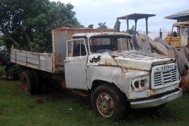 Παλαιό σπασμένο φορτηγό στο νοτιοειρηνικό νησί Τόνγκα στοκ εικόνα με δικαίωμα ελεύθερης χρήσης