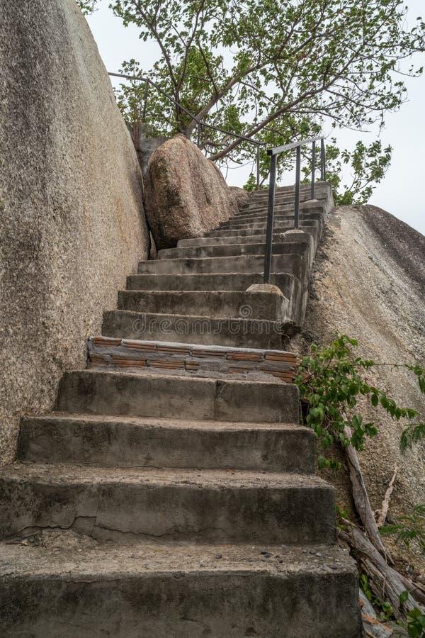 Παλαιό συγκεκριμένο σκαλοπάτι στοκ εικόνα