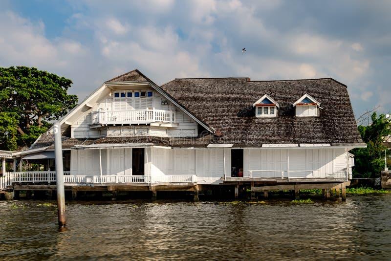 Παλαιό ταϊλανδικό παραδοσιακό σπίτι ποταμών Chao Phraya στοκ εικόνες