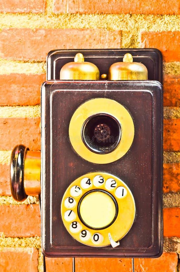 Παλαιό τηλέφωνο στον τοίχο στοκ φωτογραφίες