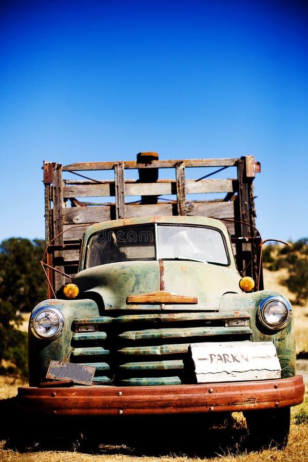 Παλαιό φορτηγό με το σημάδι πάρκων στοκ φωτογραφία