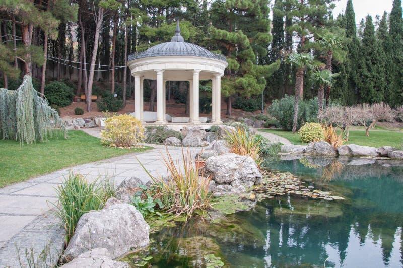 Παλαιό gazebo στο πάρκο κοντά σε μια λίμνη στοκ εικόνες