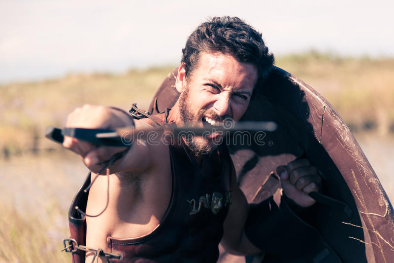 Παλεύοντας αρχαίος πολεμιστής στο τεθωρακισμένο με το ξίφος και την ασπίδα στοκ φωτογραφίες με δικαίωμα ελεύθερης χρήσης