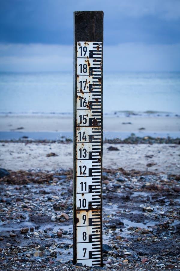 Παλιρροιακός δείκτης για να μετρήσει το βάθος της υψηλής παλίρροιας στοκ εικόνα