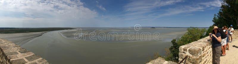Παλιρροιακό πανόραμα κόλπων σε Mont Saint-Michel, Γαλλία στοκ εικόνα