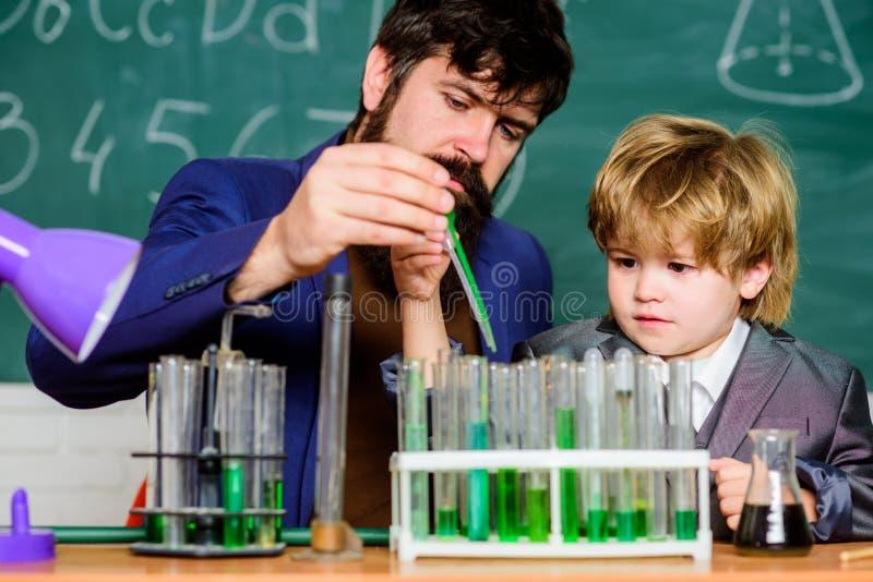 Πείραμα χημείας Γνωστική διαδικασία Γνωστική ανάπτυξη παιδιών Διανοητική διαδικασία που αποκτά την κατανόηση γνώσης στοκ εικόνες