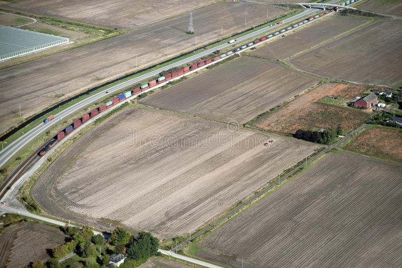 Πεδία, αγροκτήματα, σιδηρόδρομος στοκ εικόνα
