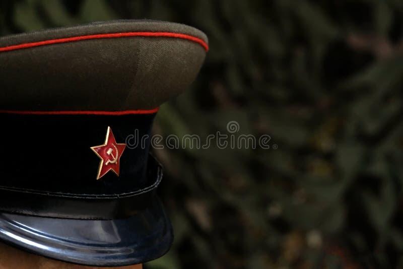 πεδίο βάθους ρηχό Ένα σύμβολο ενός σοβιετικού στρατιώτη: μια ΚΑΠ με ένα πέντε-δειγμένο αστέρι Ανώτερος υπάλληλος της ΕΣΣΔ κατά τη στοκ εικόνα με δικαίωμα ελεύθερης χρήσης